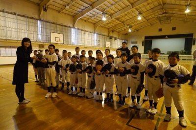 市内少年野球チームにミットを寄贈しました